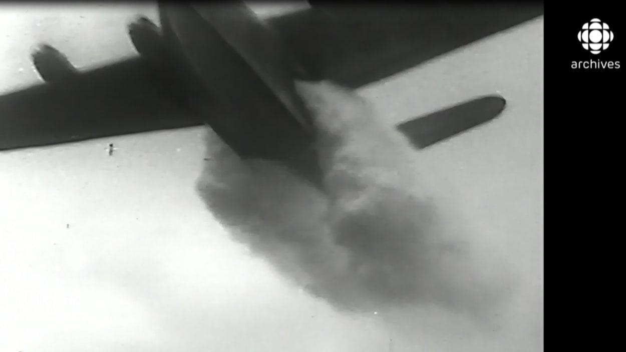 Un CF-215 déverse sa cargaison d'eau sur un feu de forêt dans les années 1960.