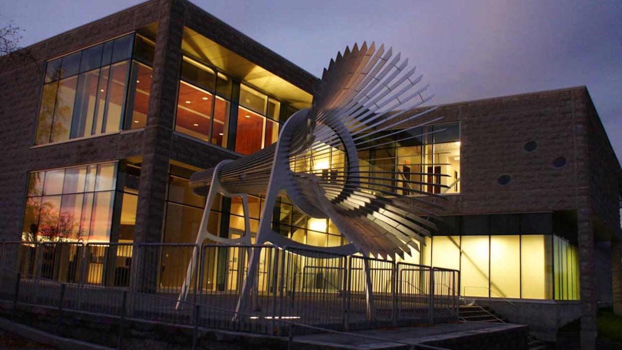 Le Centre des arts de Baie-Comeau à la tombée du jour.