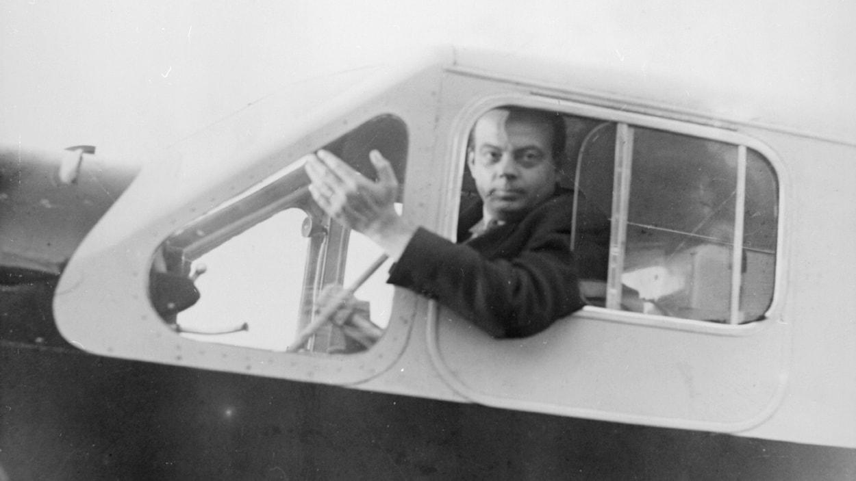 Antoine de Saint-Exupéry dans son avion