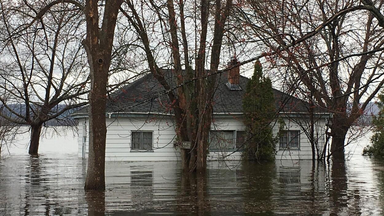 La rivière a atteint une maison.