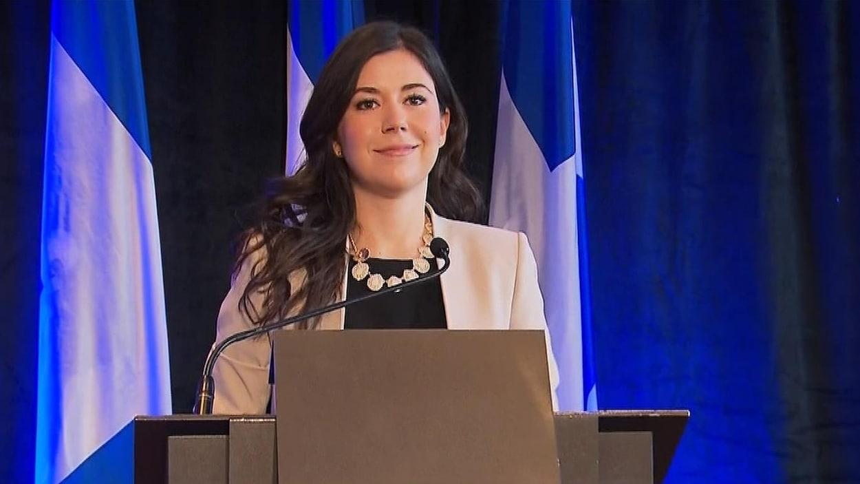La députée de Marie-Victorin est devant un lutrin.