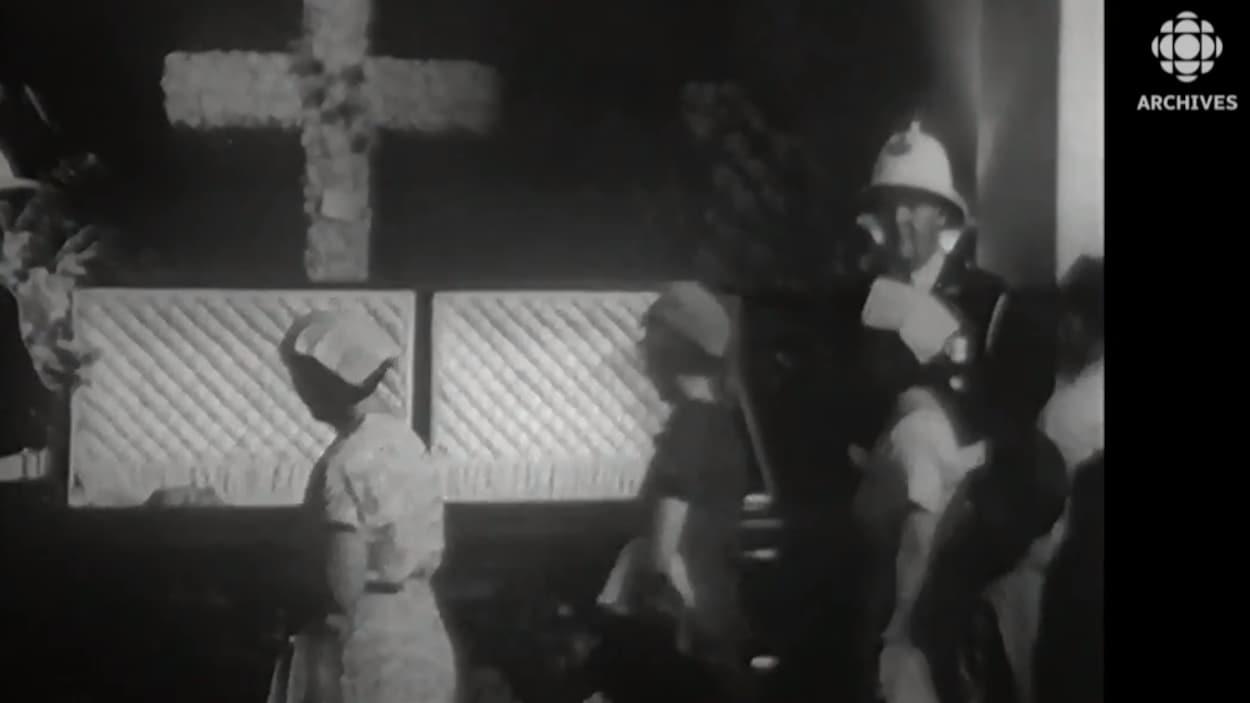 Des citoyennes défilent devant la dépouille de Maurice Duplessis exposée en chapelle ardente au parlement de Québec.