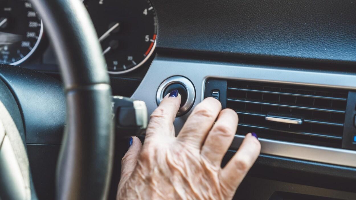 Une aîné s'apprête à conduire un véhicule.