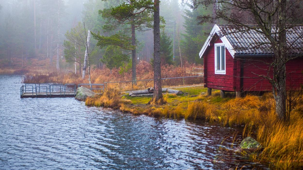 Un chalet sur le bord d'un lac.