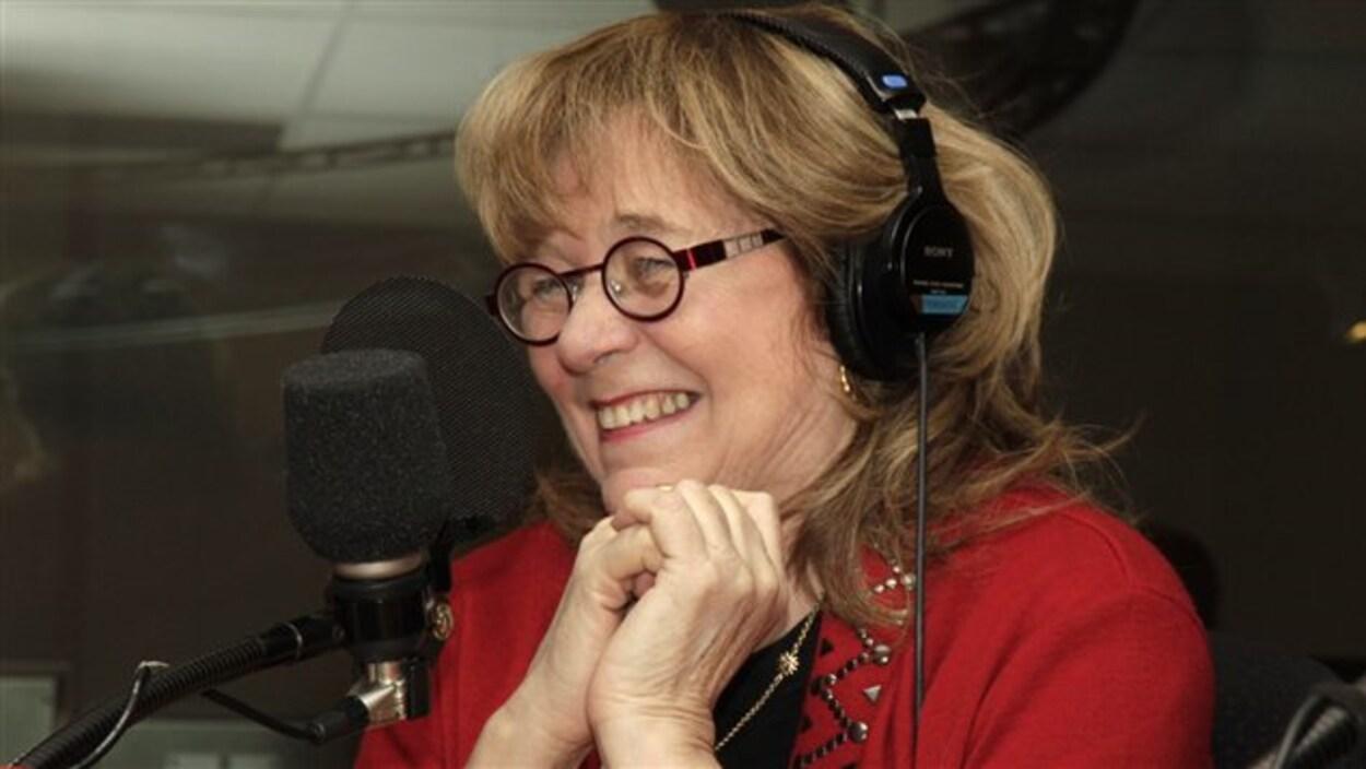 Édith Butler avec des écouteurs en studio.