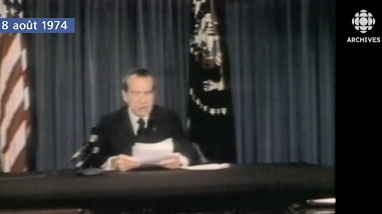 Le président Richard Nixon assis à un bureau lit son discours de démission le 8 août 1974.