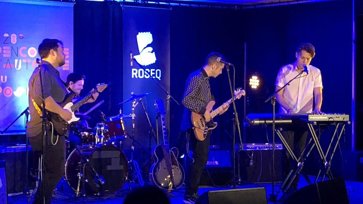 Trois musiciens sur scène