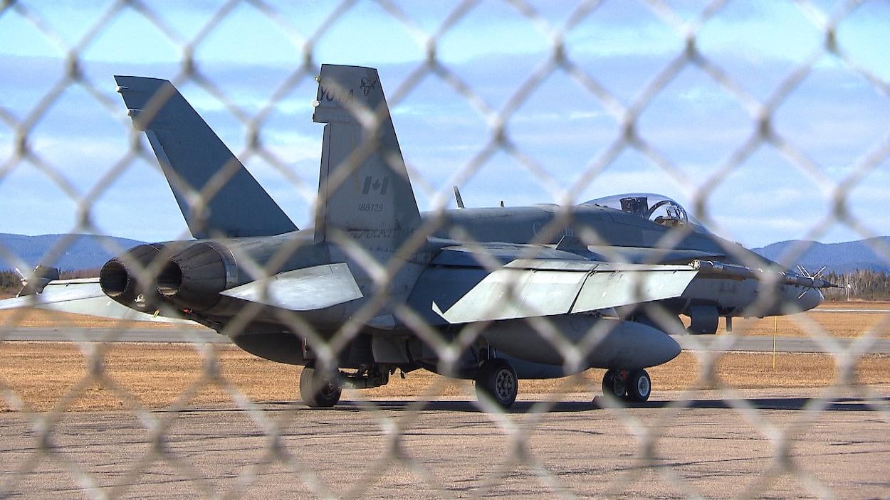 Un F18 à l'aéroport de Sept-Îles.