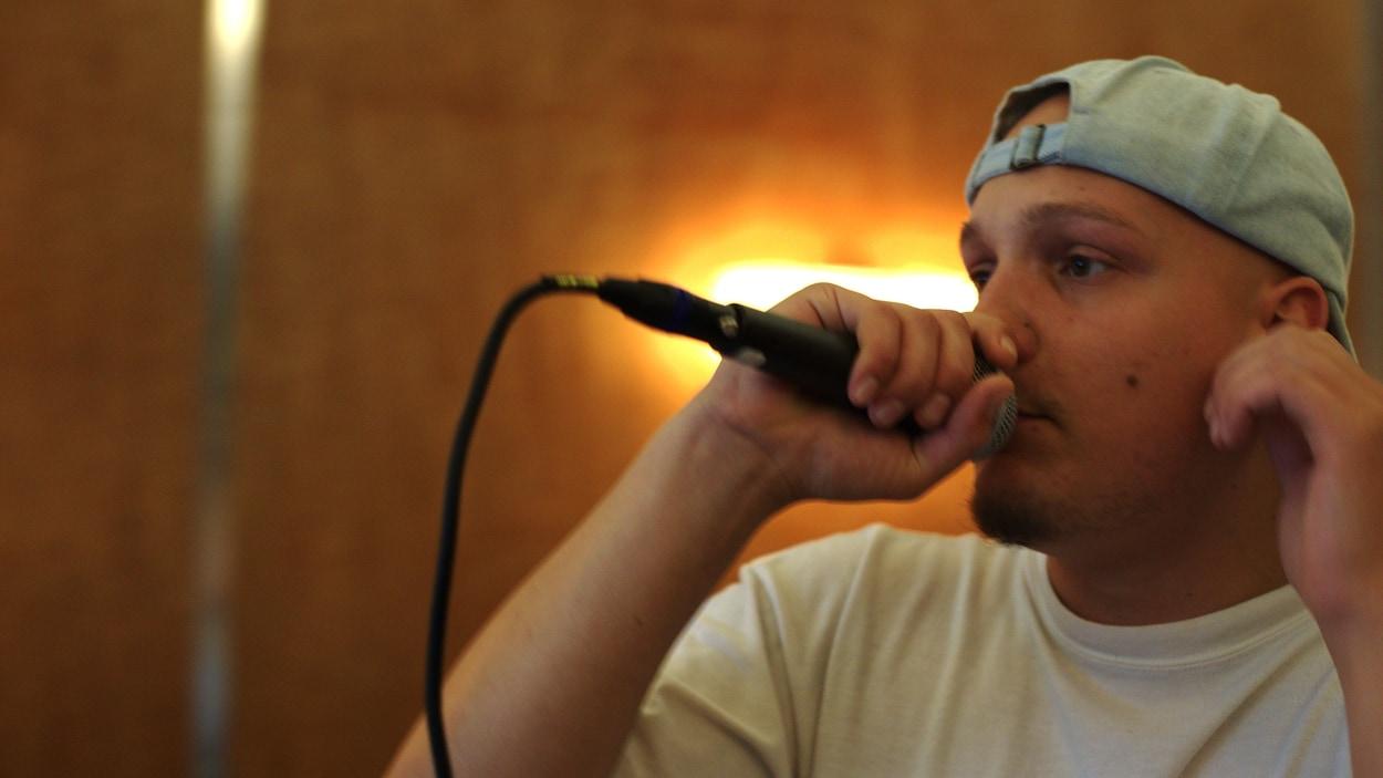 FouKi porte un micro à sa bouche.