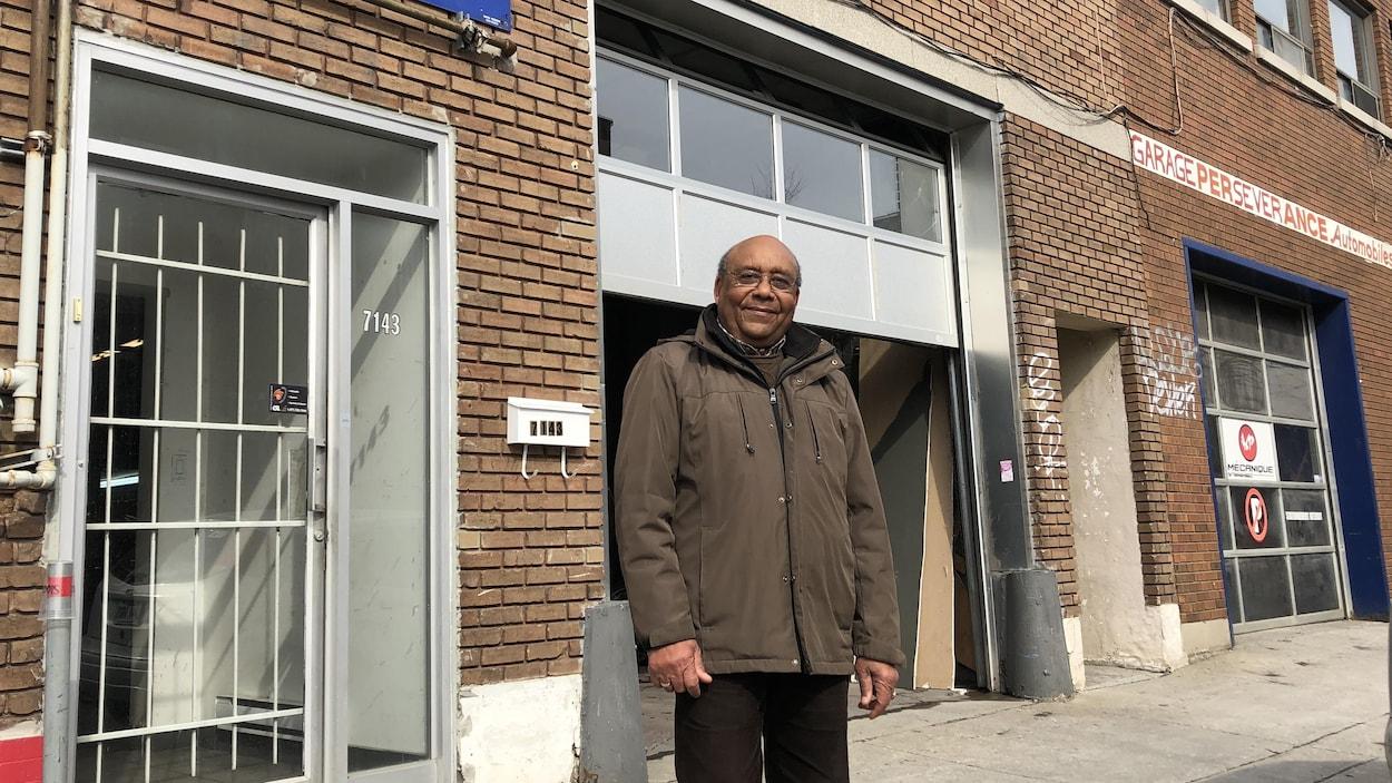 Jean-Marie Blanchard pose devant son atelier mécanique, récemment déménagé dans le quartier Rosemont-La Petite-Patrie.
