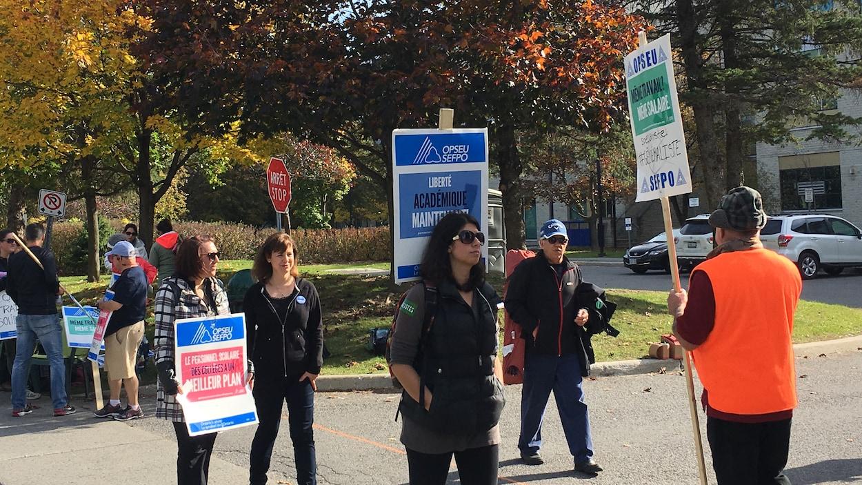 Des grévistes avec des pancartes