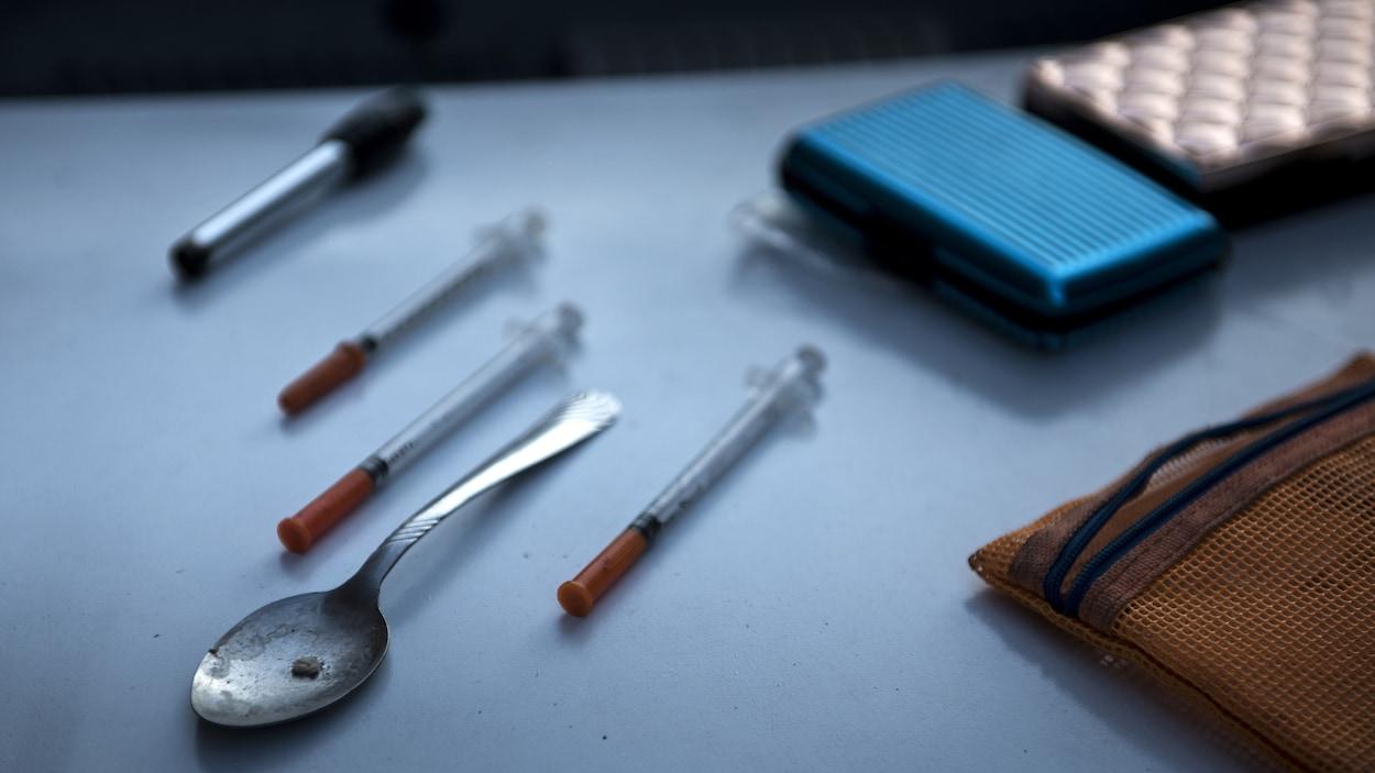Objets servant à l'injection d'opioïdes trouvés chez un utilisateur de la Virginie-Occidentale, aux États-Unis