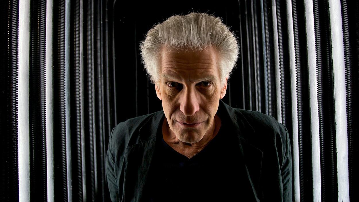 En 2008, David Cronenberg pose pour une photo après une conférence de presse portant sur une adaptation de son film The Fly à l'opéra de Los Angeles.