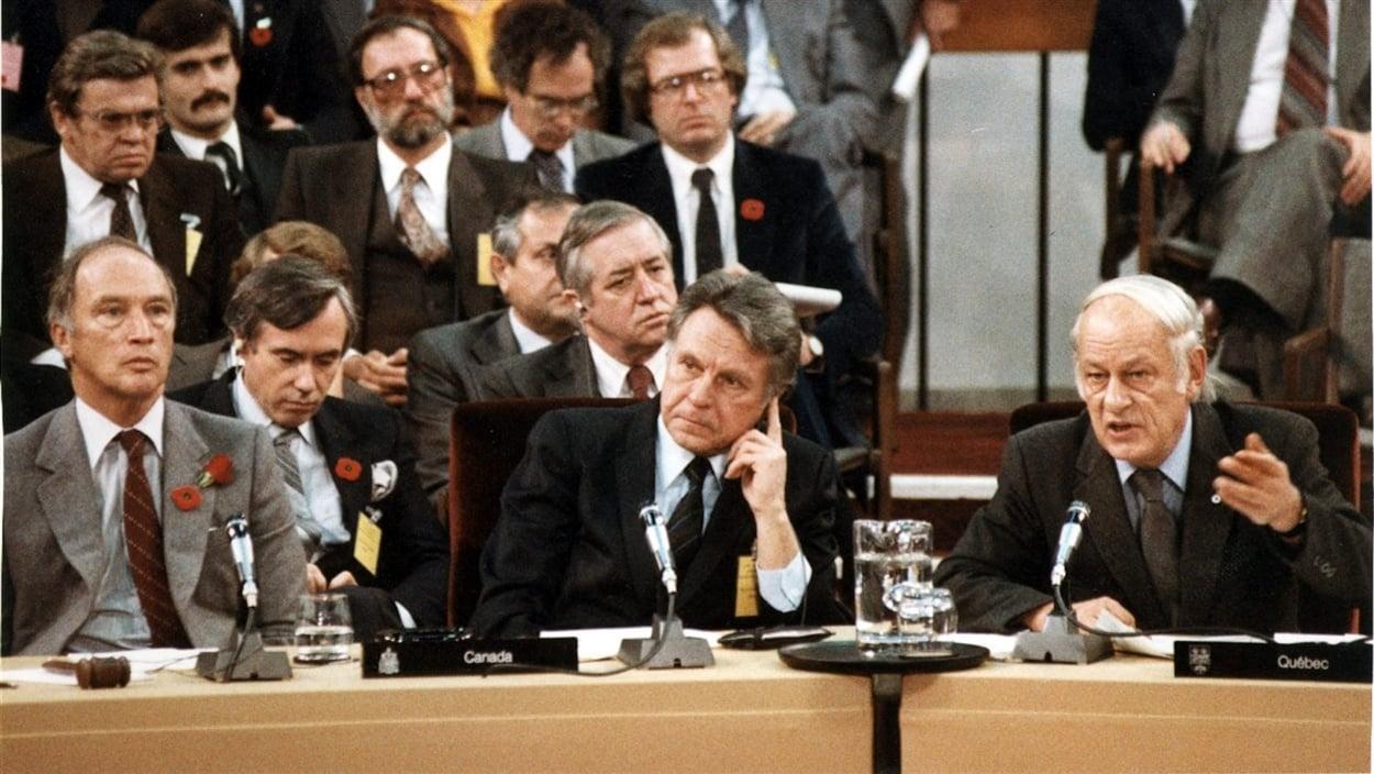 Le premier ministre Pierre Elliott Trudeau, le ministre des Finances Allan MacEachen et le premier ministre du Québec René Lévesque lors de la conférence constitutionnelle de novembre 1981