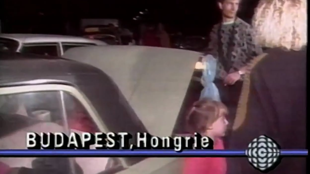 Des réfugiés est-allemands remplissent de leurs biens leur voiture à Budapest, en Hongrie.
