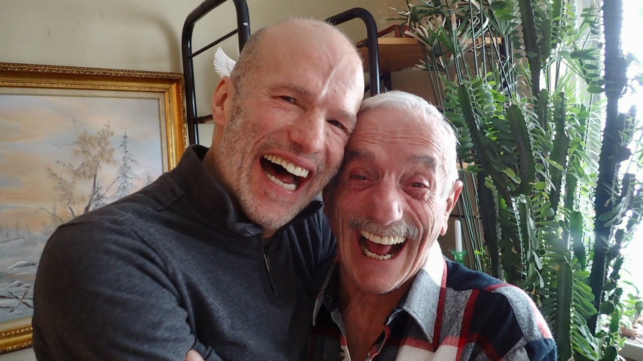 Alain Dorval et Léo David ont été infectés par le VIH au début de la pandémie. Ils posent tout sourire dans l'appartement de Léo.