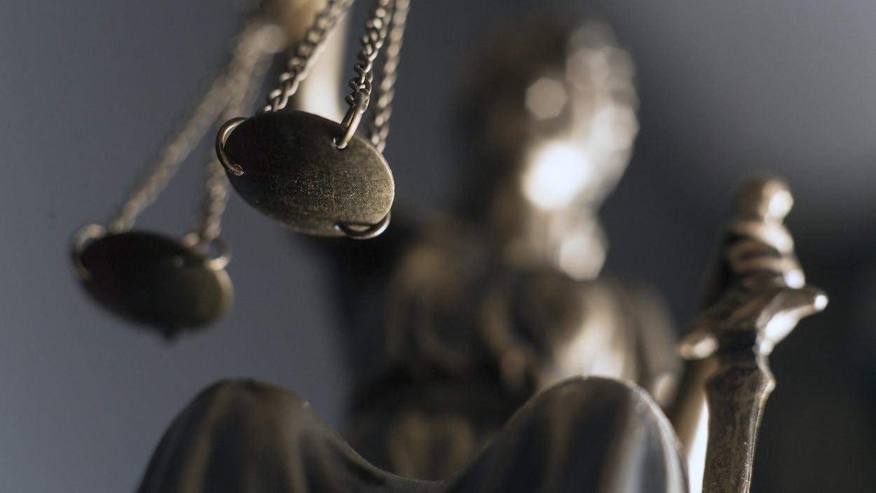 Une sculpture de la déesse romaine de la Justice, balance et épée à la main.