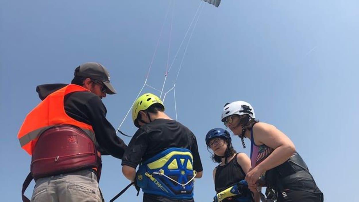 Des jeunes s'initient au kitesurf à l'occasion du Kitefest de Pointe-aux-Outardes.