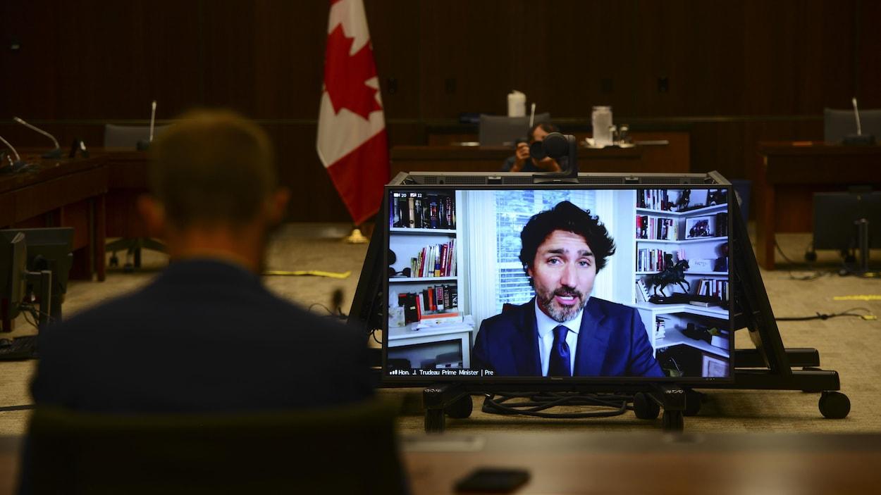 Justin Trudeau sur un écran pendant son témoignage par vidéoconférence