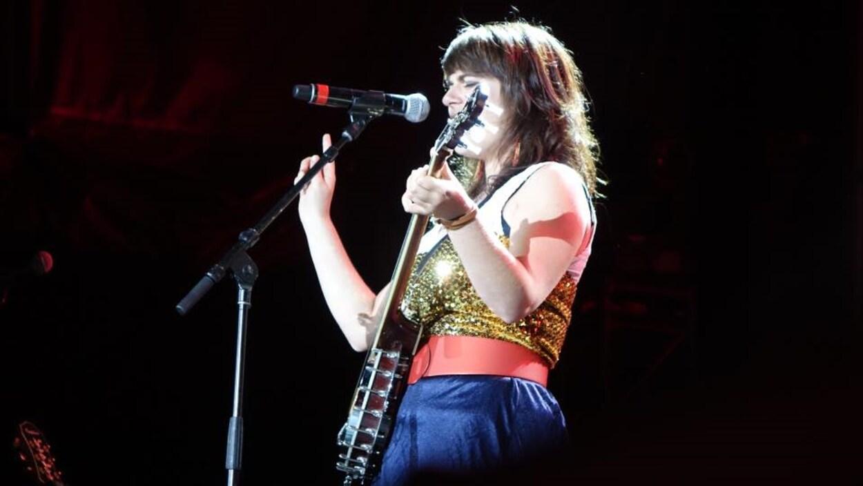 Lisa LeBlanc joue du banjo et chante sur scène.