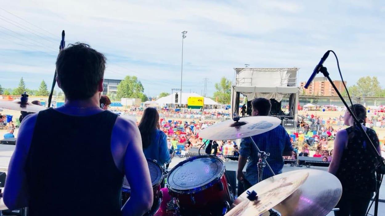 Vue d'arrière scène du groupe Sonic Democracy pendant leur prestation au Festival Stars and Thunder