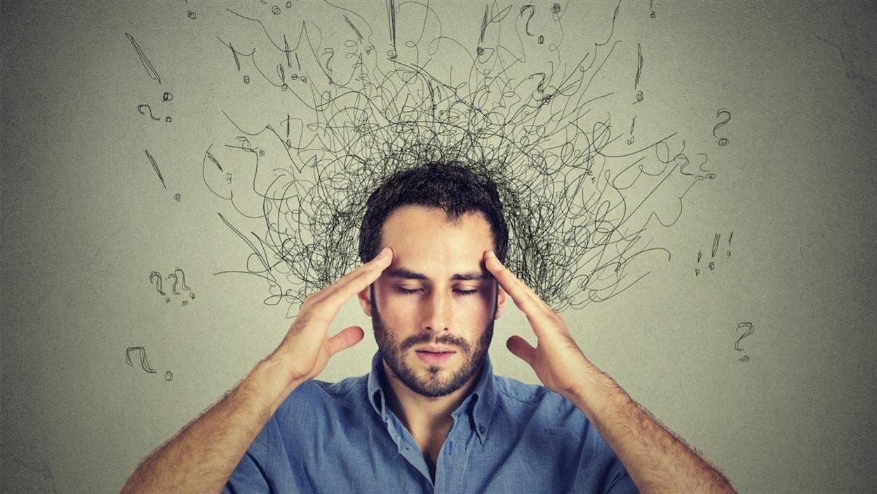 Un homme porte ses mains à la tête.