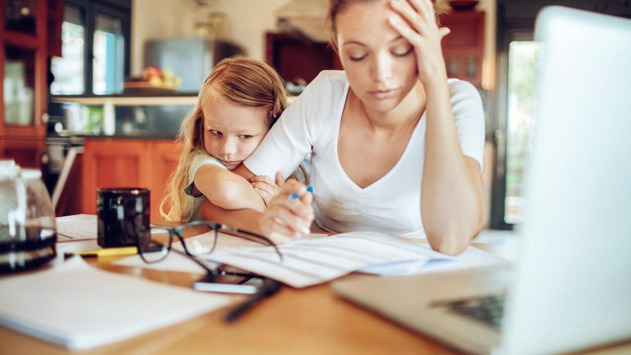 Une femme en télétravail est excédée par la présence de sa fille dans son espace de travail.