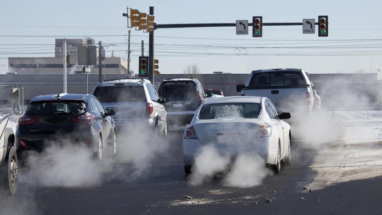 Des voitures laissent échapper des émissions polluantes.