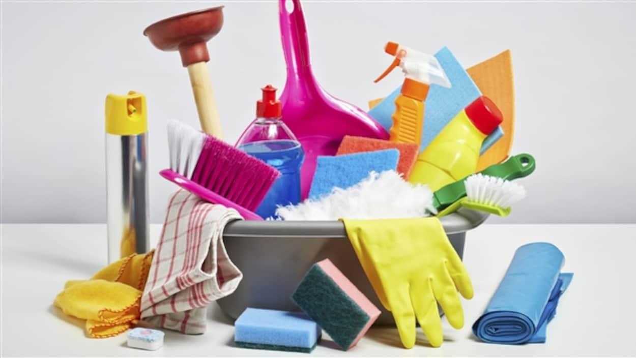 Produits ménagers, brosses, gants, éponges