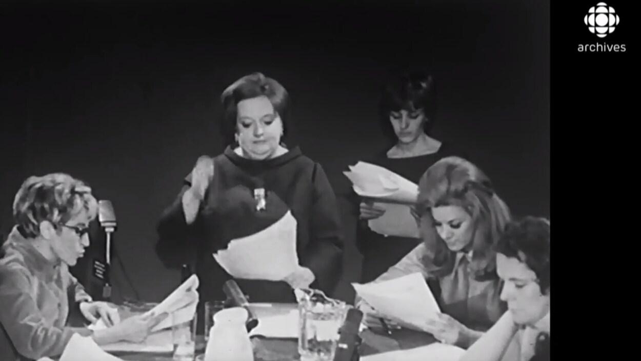 Lecture publique de la pièce Les belles-soeurs le 4 mars 1968.  Cinq actrices lisent le texte, dont Janine Sutto, Denise Proulx et Denise Filiatrault.