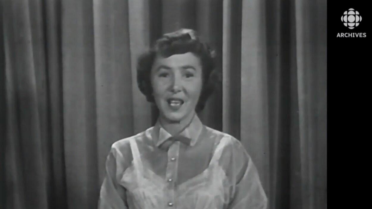Mimi d'Estée racontant l'histoire de la Belle au bois dormant dans une émission de la télévision de Radio-Canada en 1952.