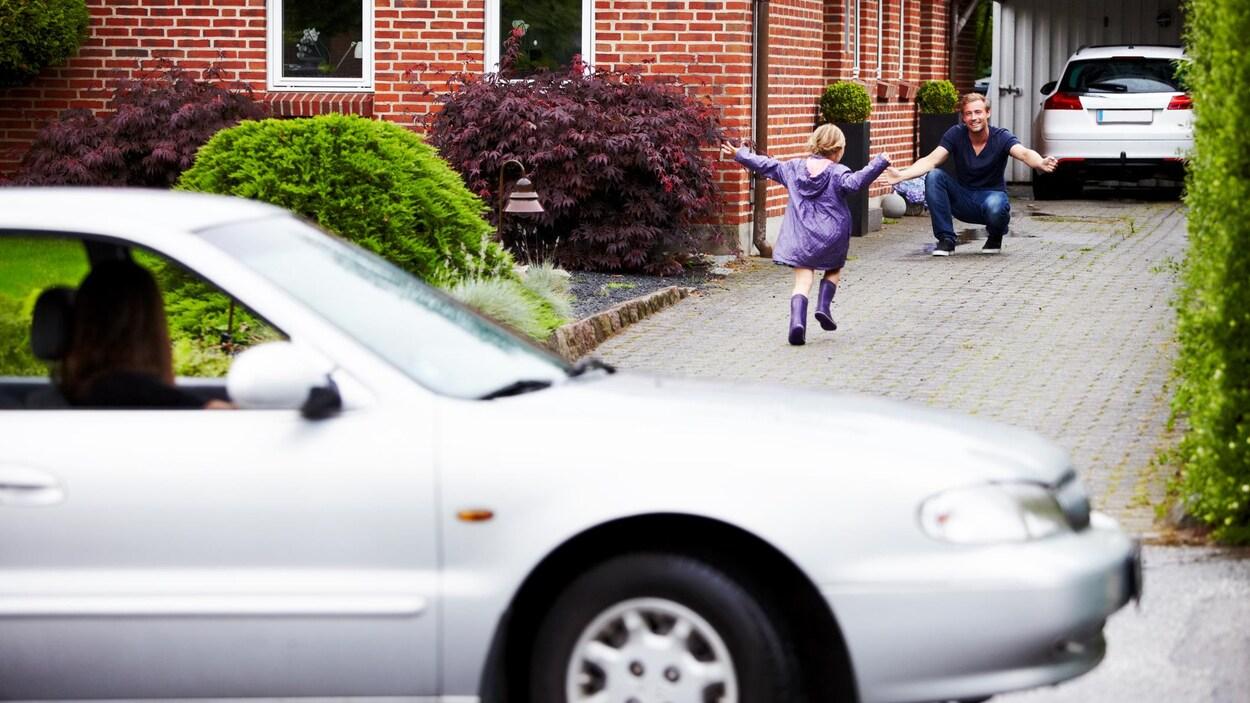 Une fillette est heureuse de revoir son père.