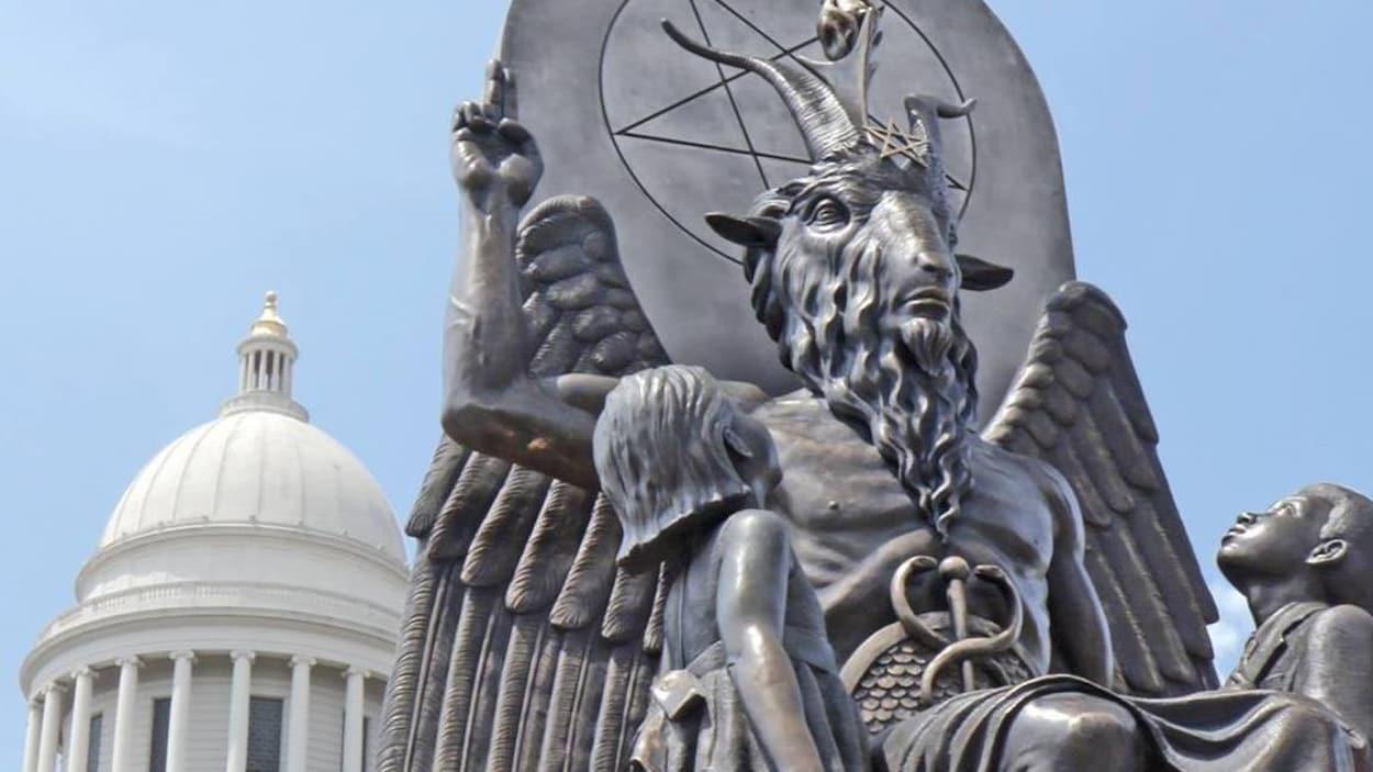 Statue de l'idole satanique Baphomet devant le Capitole de l'État de l'Arkansas, dans la ville de Little Rock.