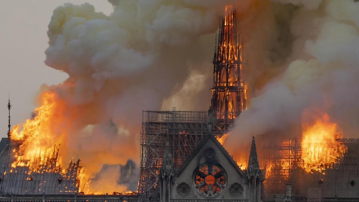 Vue de la cathédrale Notre-Dame de Paris en flammes, le 15 avril.