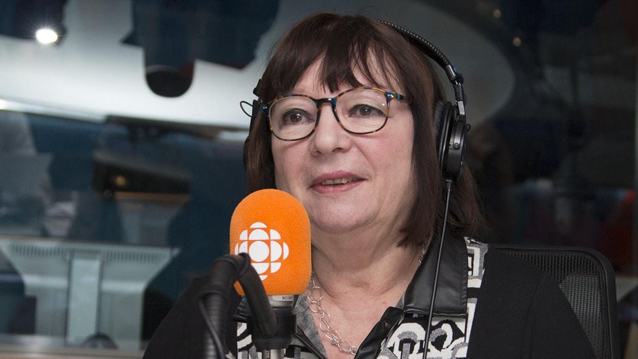 Monique Simard en entrevue au studio 17 de Radio-Canada, à Montréal, le 12 novembre 2017