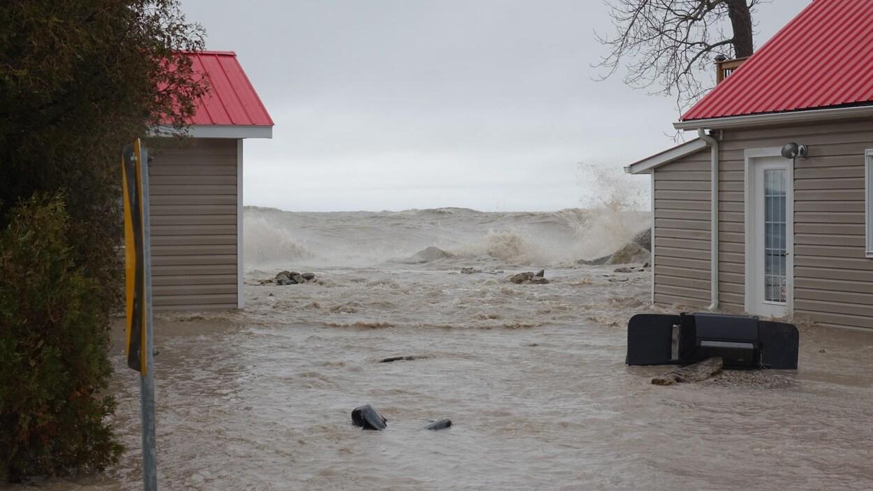 Deux maisons et une vague menaçante.