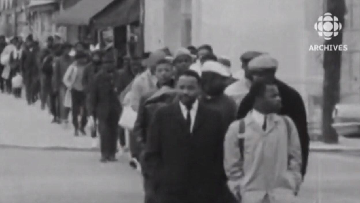 Image de manifestants participant à la marche de Selma vers Montgomery.