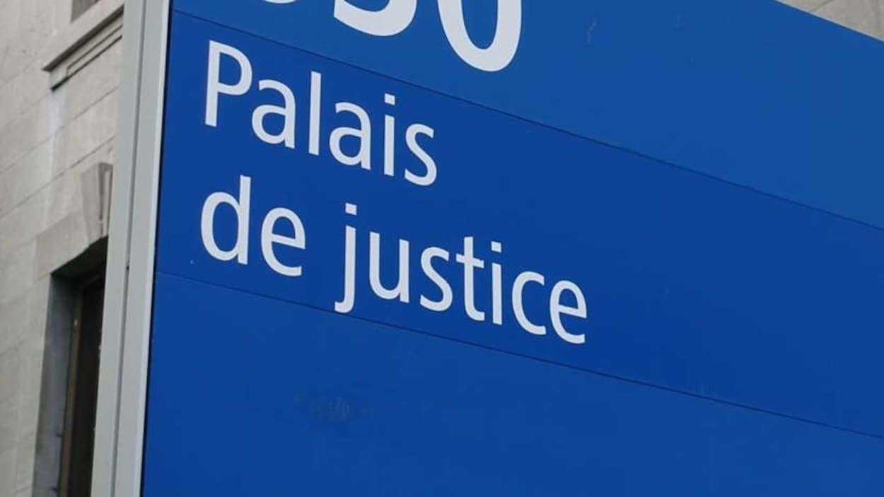Enseigne d'un palais de justice.