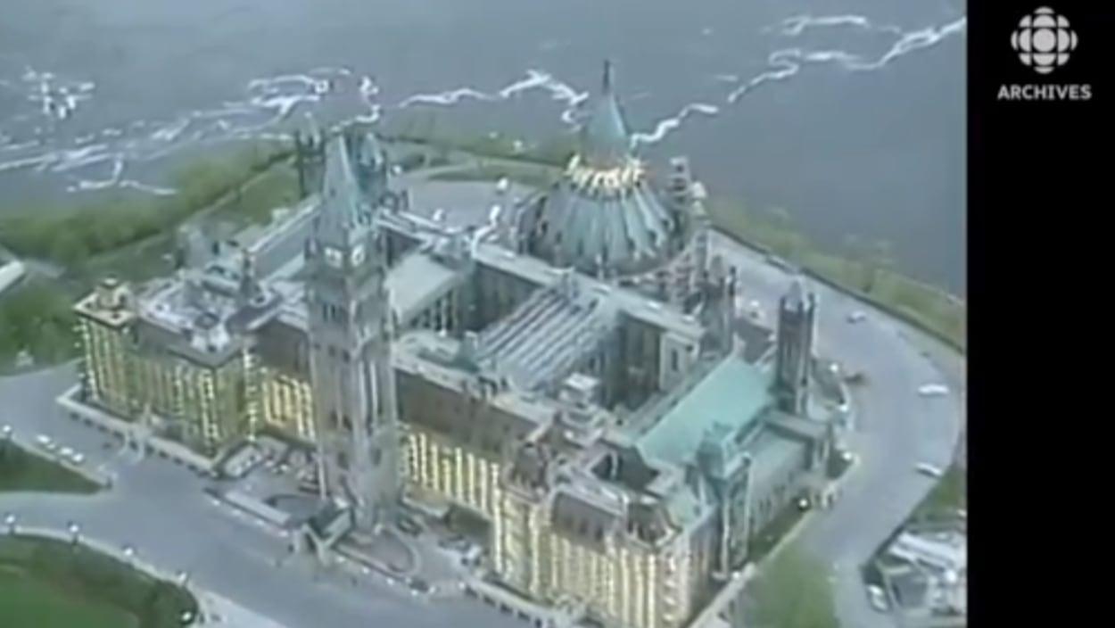 Vue en plongée de l'édifice du Centre sur la colline Parlementaire à Ottawa