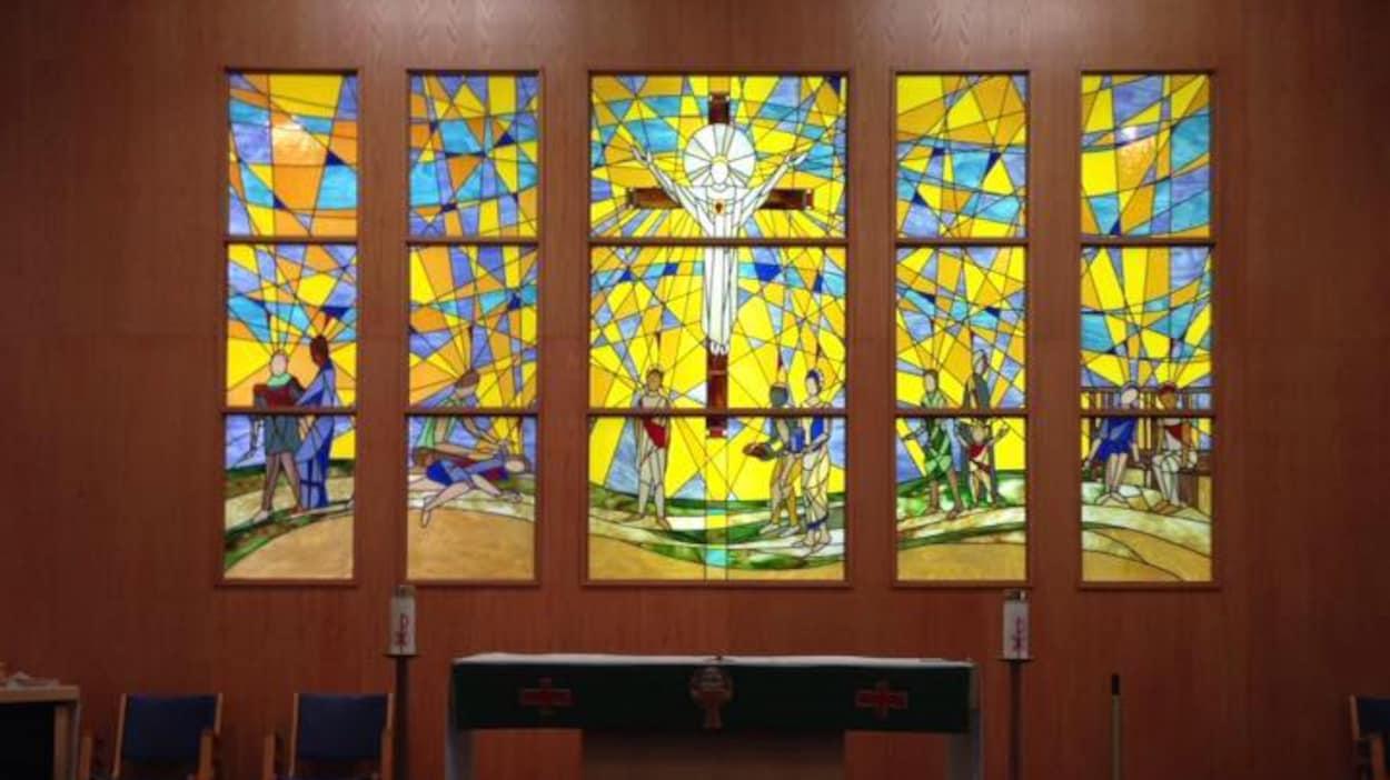 Photo d'un mur avec un vitrail religieux