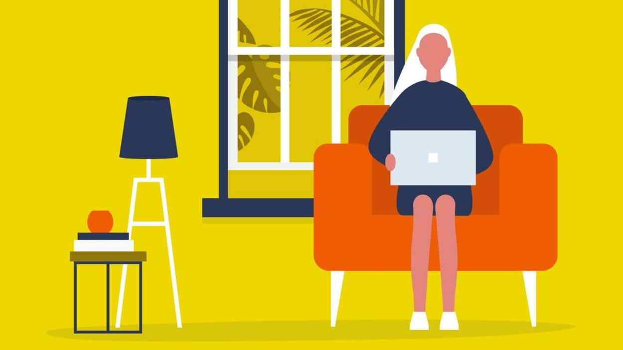 Illustration d'une femme assise dans un fauteuil, un ordinateur portable sur les genoux, dans un salon décoré d'une lampe, de plantes et de livres.