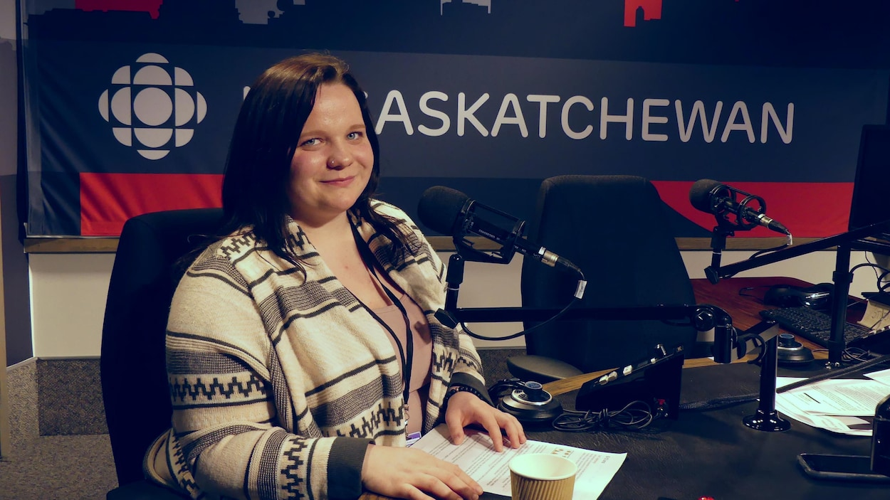 Kymber Zahar est assise dans le studio de radio de Radio-Canada Saskatchewan.