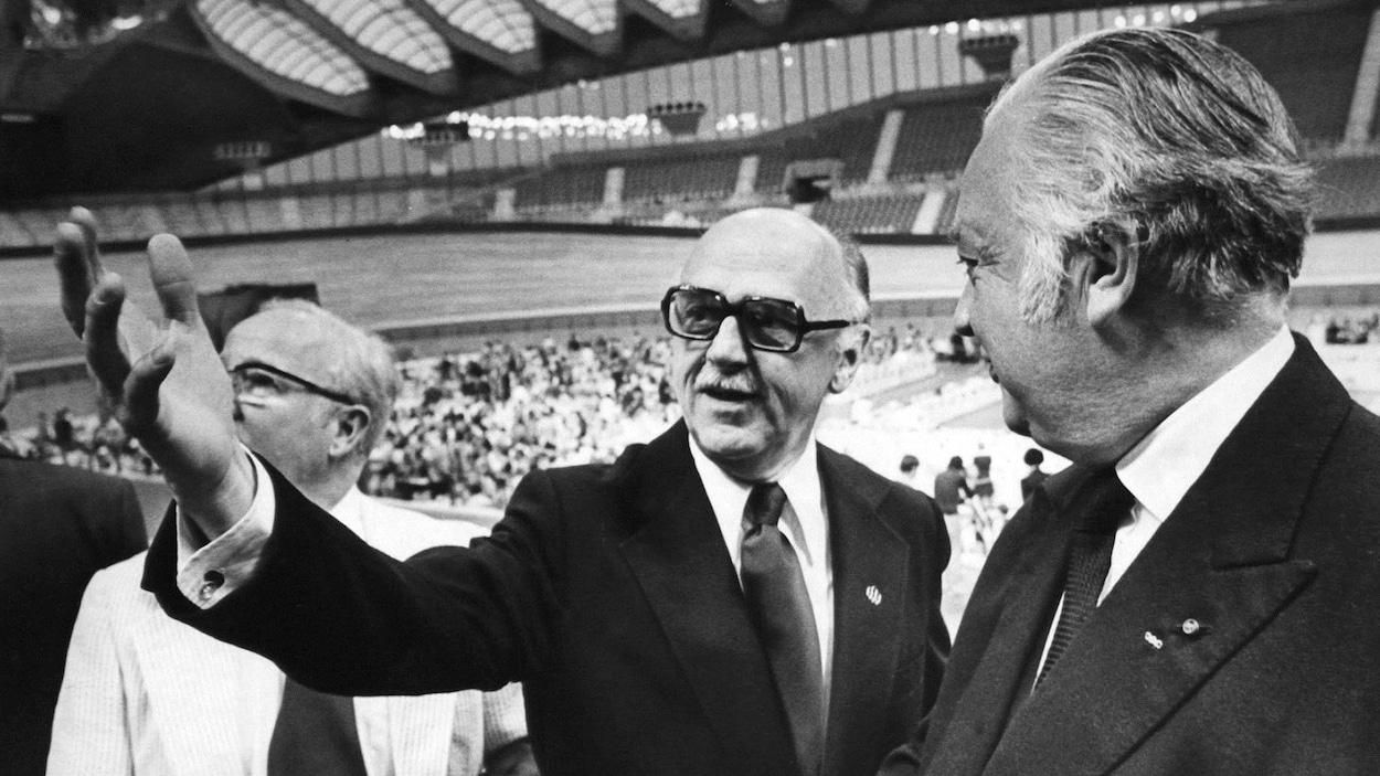 Le maire de Montréal Jean Drapeau fait visiter les installations olympiques au président du comité international olympique Lord Killanin en juillet 1976.