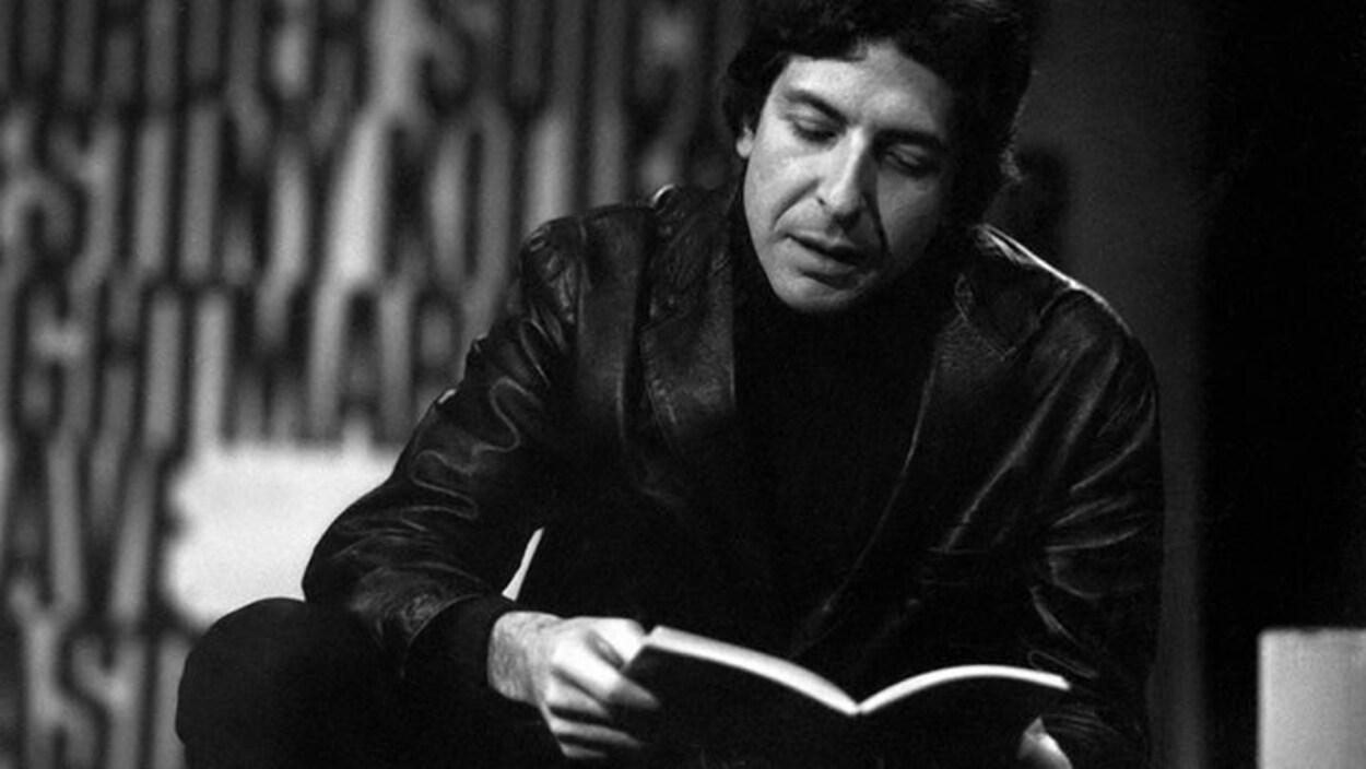 Leonard Cohen lit de la poésie sur une photo de 1967