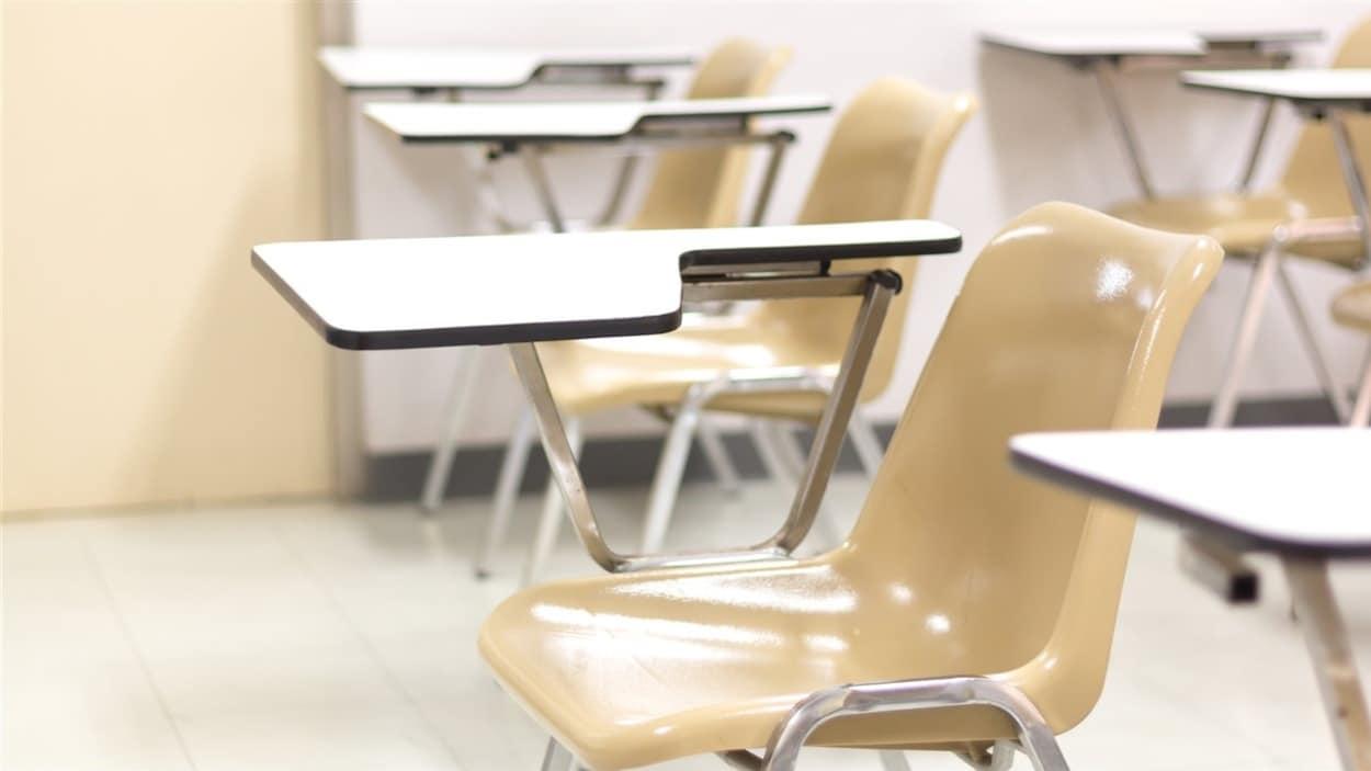 Des pupitres d'école avec appui pour le bras droit.