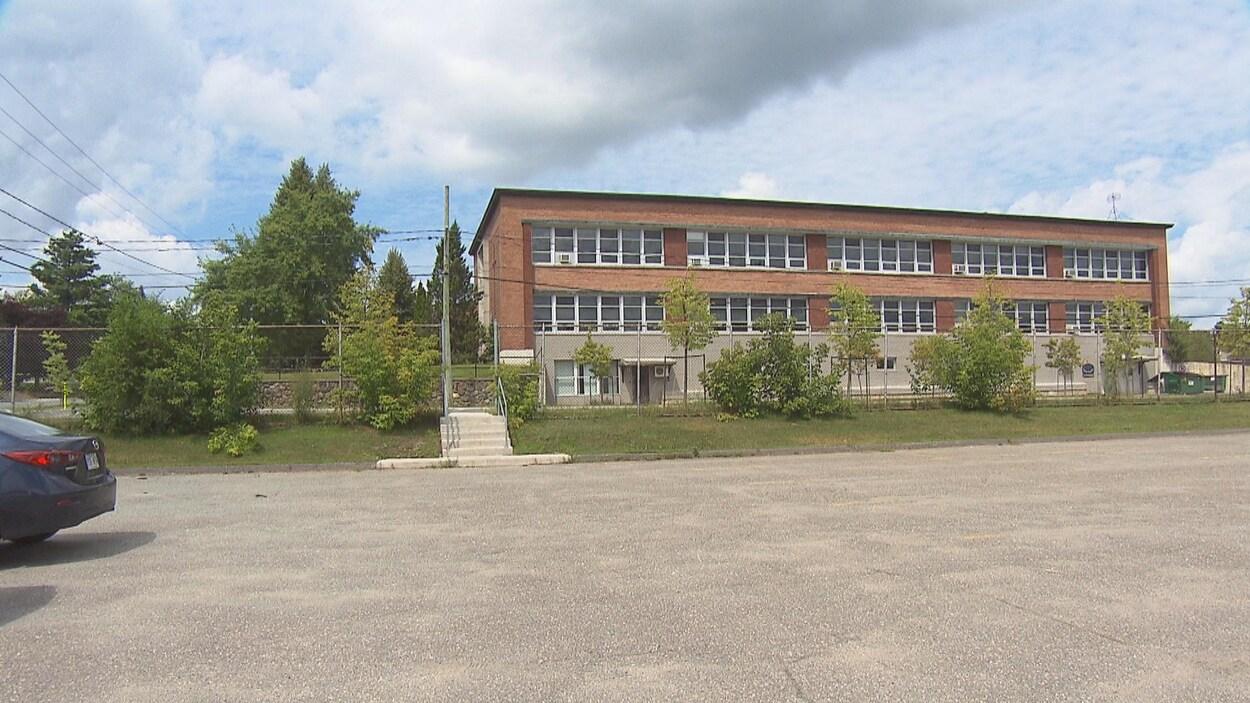 La cour du pavillon de la Relance, le bâtiment de la rue Sherbrooke, à Magog, qui accueillera temporairement les quelques 200 élèves de l'école Saint-Pie-X.