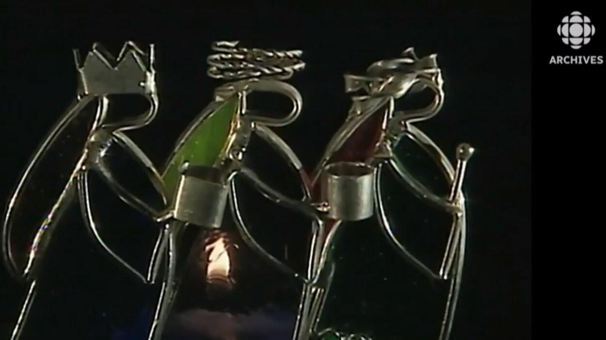 Sculpture moderne en métal des trois Rois mages.