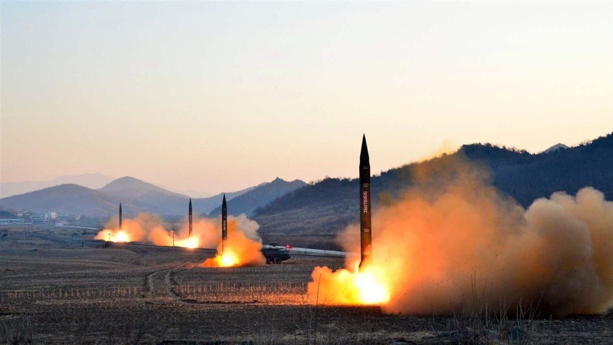 Cette photo de missiles balistiques lancés par la Corée du Nord a été dévoilée le 7 mars 2017 par la North Korea's Korean Central News Agency (KCNA).