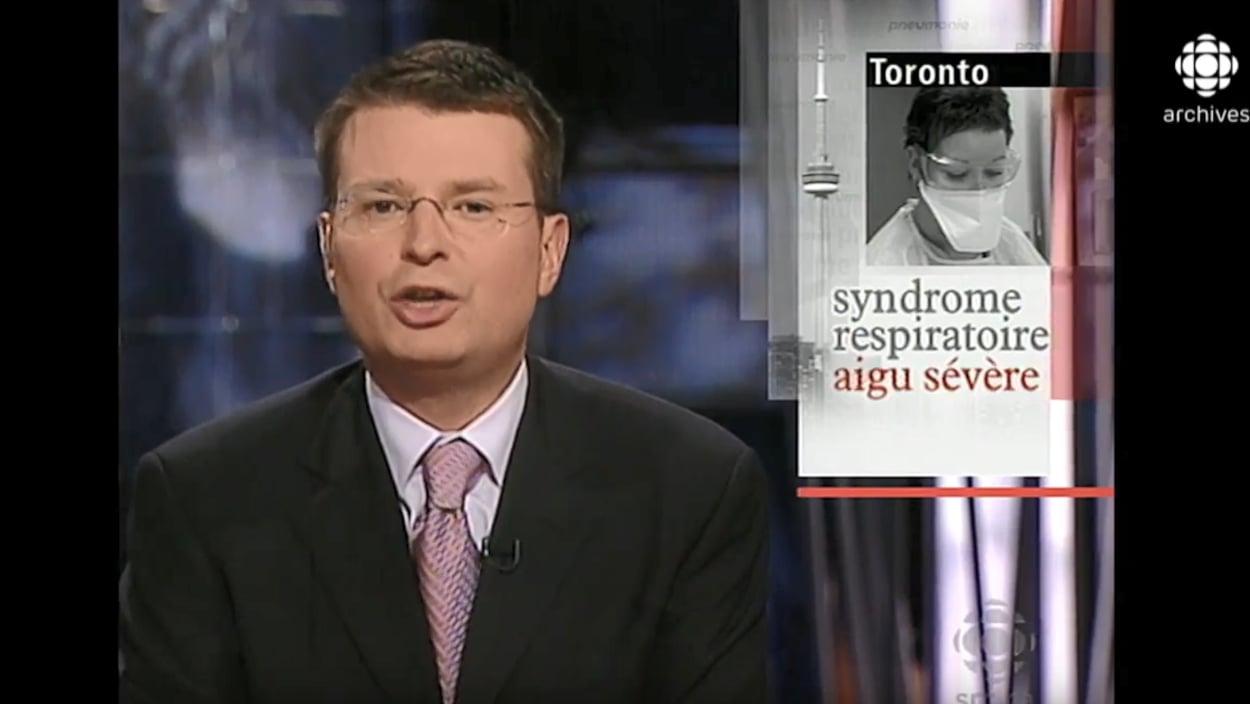 L'animateur Stefan Bureau discute de la situation à Toronto.  Derrière lui, on voit une mortaise avec les mots syndrome respiratoire aigu sévère écrits.  On y voit aussi une femme portant un masque médical et la tour du CN.