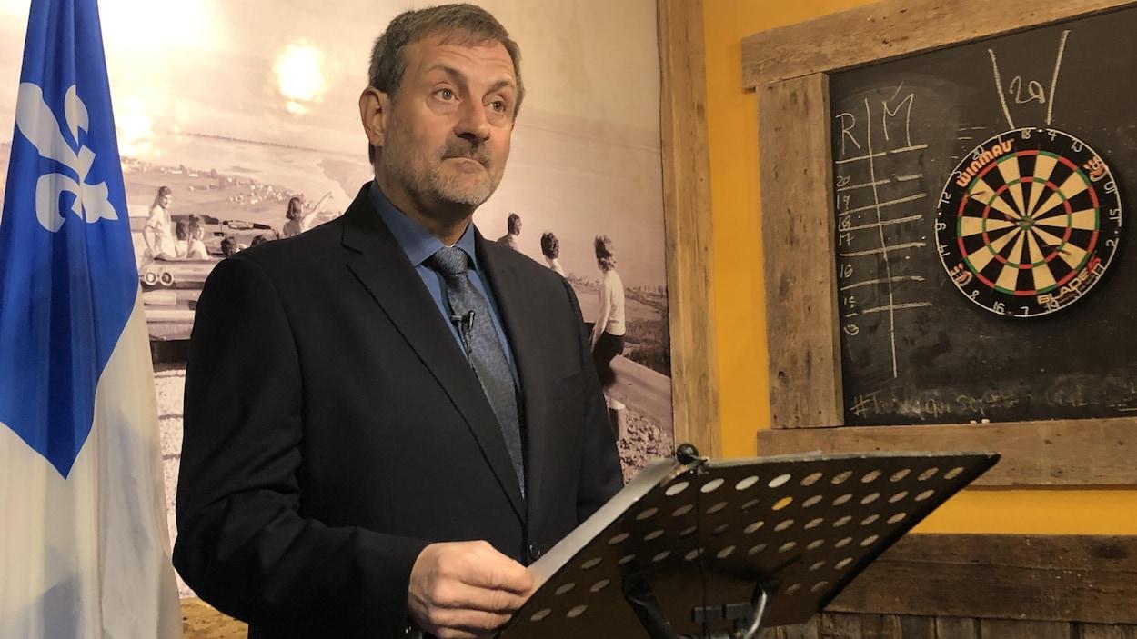 Sylvain Roy photographié devant un lutrin